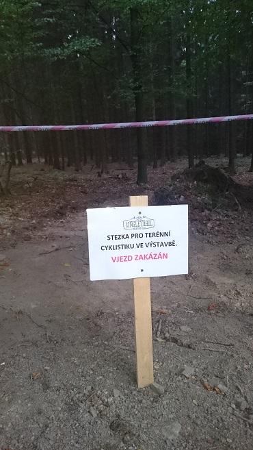 Zákaz vjezdu na rozestavěné traily